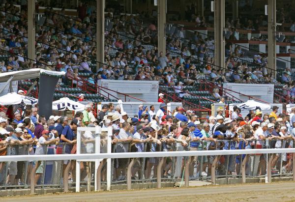 Saratoga opening day fans